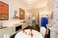 Стены кухни-столовой можно украсить картинами