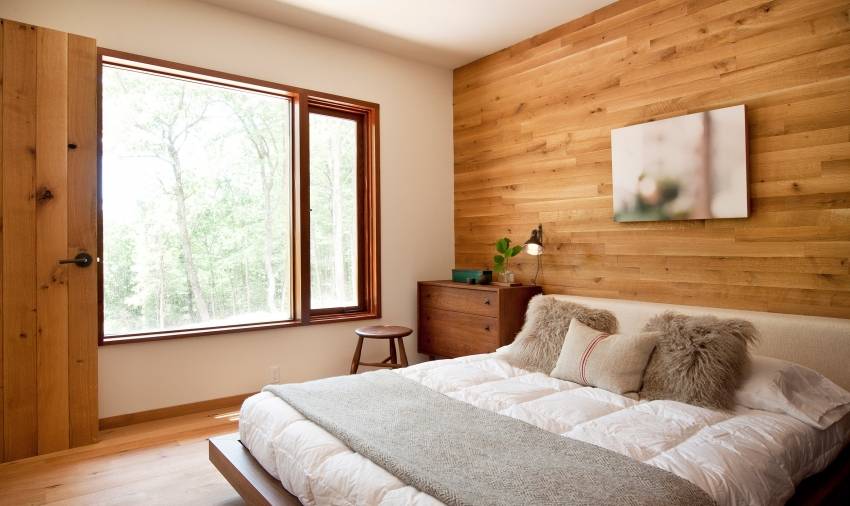 Обои под натуральное дерево как нельзя лучше подходят для оформления спальни