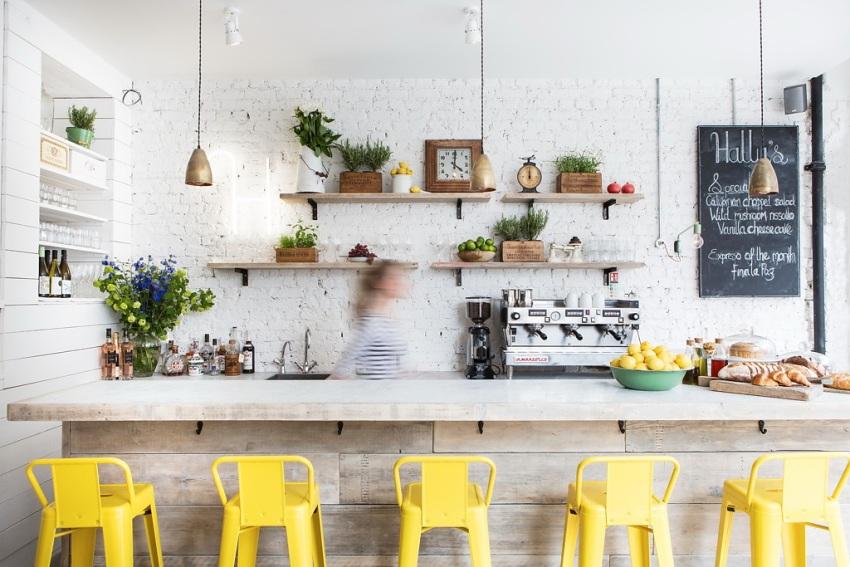 Белая кирпичная стена в оформлении кухонного фартука