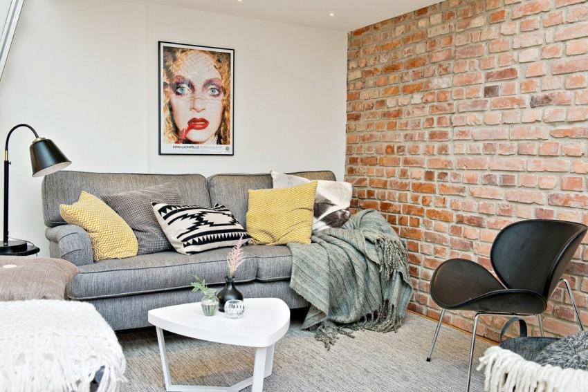 Кирпичные стены удачно гармонируют со светлыми поверхностями и темной мебелью