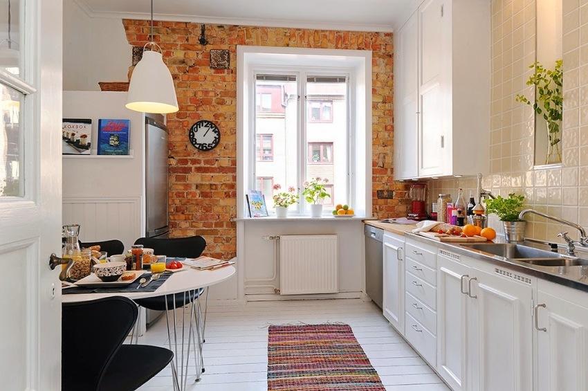 Одна из стен кухни оклеена обоями, имитирующими кирпичную кладку