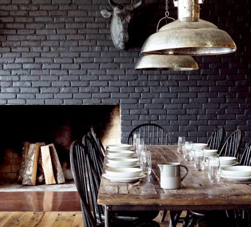 Рельефные обои под кирпичную кладку окрашены в черный цвет