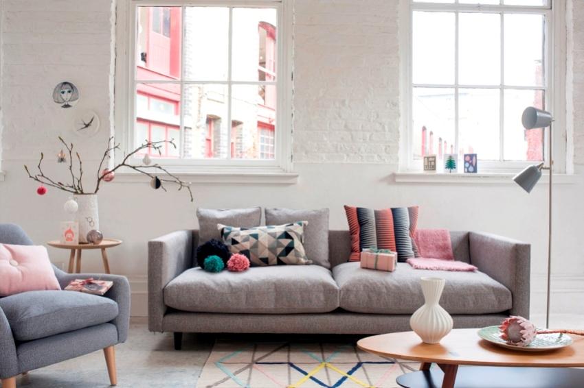 """Белые """"кирпичные"""" стены в сочетании с панелями в гостиной"""