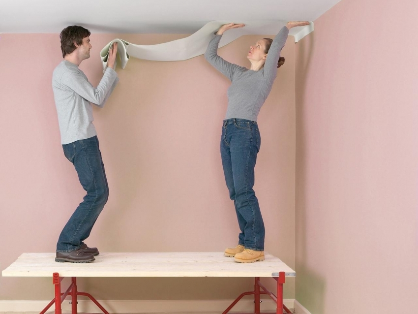 Как правильно поклеить обои своими руками на потолке 73