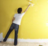 Для того чтобы покраска обоев была равномерной, необходимо прорабатывать стену ровными частями