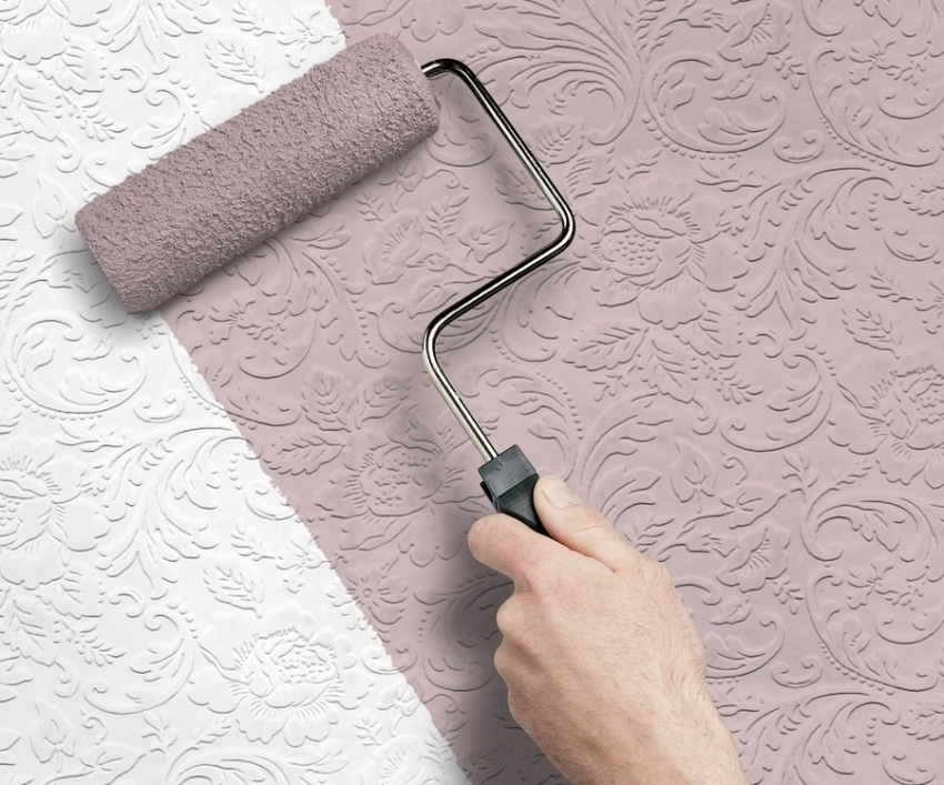 Для окрашивания обоев стоит выбирать специальные краски, что позволит продлить эксплуатационный срок материала