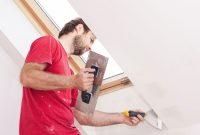 При использовании гладких обоев под покраску, стену предварительно стоит отштукатурить и зашлифовать