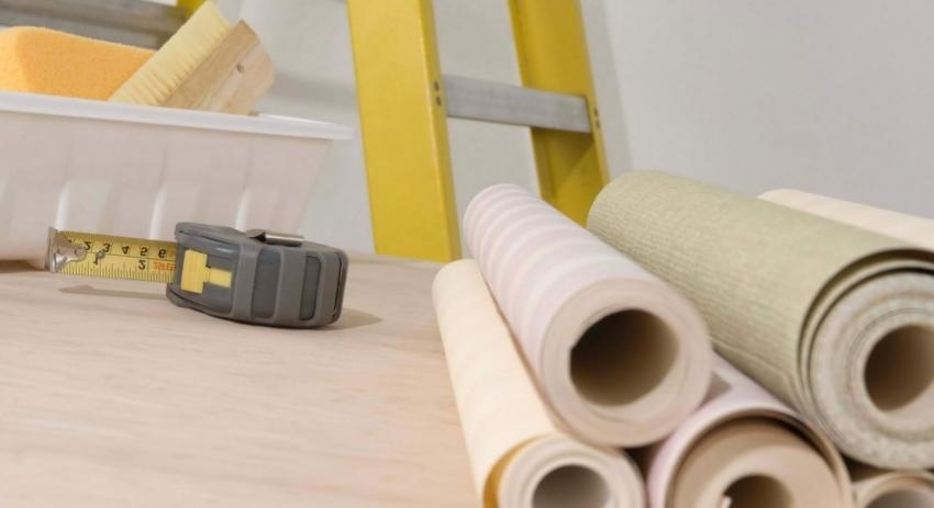 При поклейке бумажных обоев, клей наносится как на стены, так и на поверхность полотна