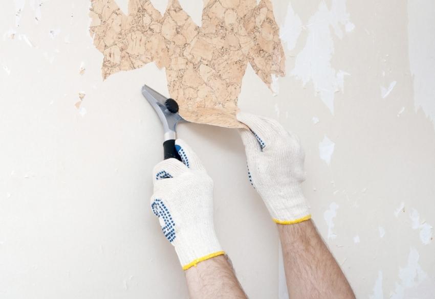 Перед поклейкой тонких бумажных обоев стоит удалить все старое покрытие и тщательно отшлифовать поверхность стен или потолка