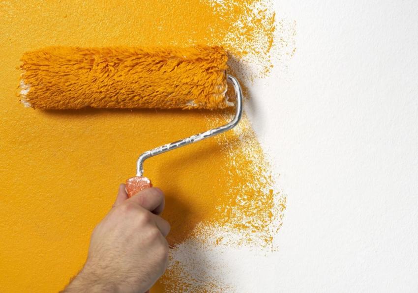 Для того чтобы оптимально расходовать краситель, для покраски обоев необходимо использовать валик со средним ворсом