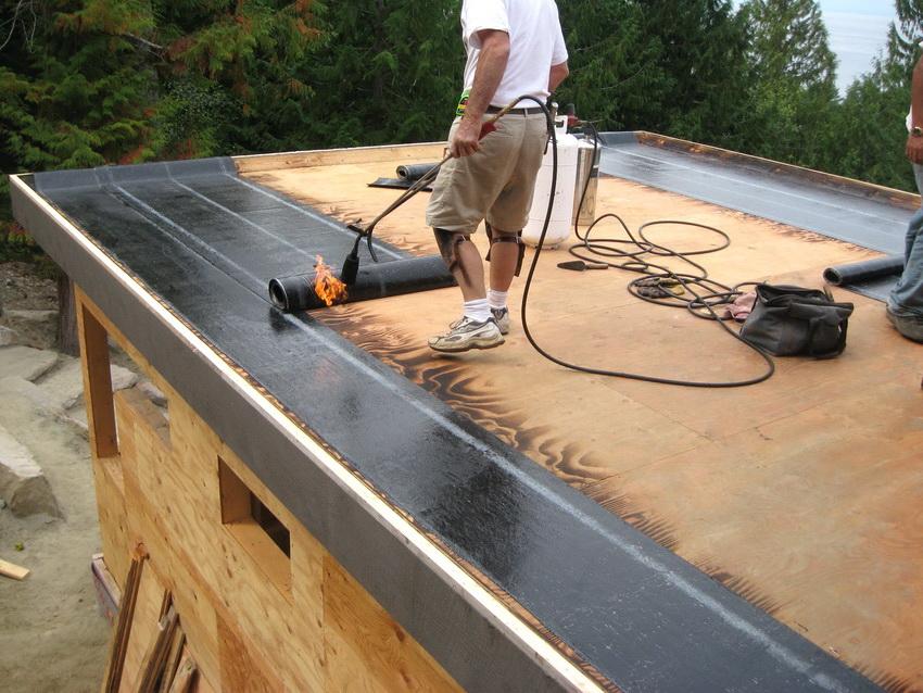 Укладка битума или рубероида на крышу горячим способом