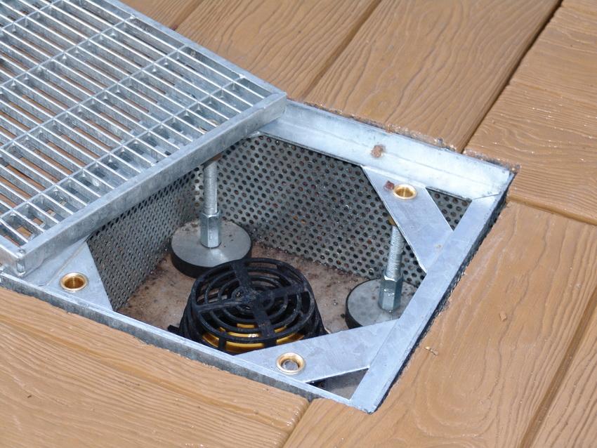 Для отведения воды с плоской крыши используются водосточные воронки