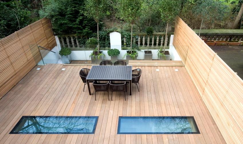 Часто в плоской крыше также устанавливают окна, что обеспечивает дополнительное освещение помещения