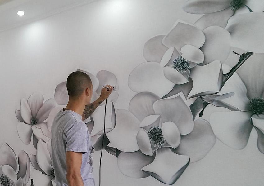 Роспись стены в комнате с применением техники аэрографии