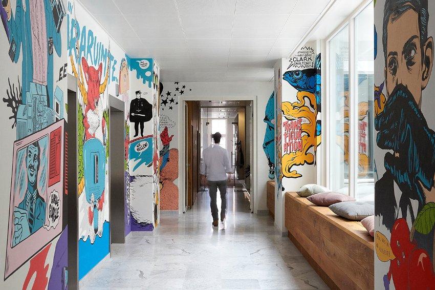 Интерьер современной квартиры дополнен нарисованными на стенах комиксами