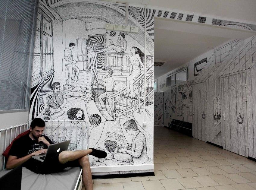 Черно-белый графический рисунок на стенах