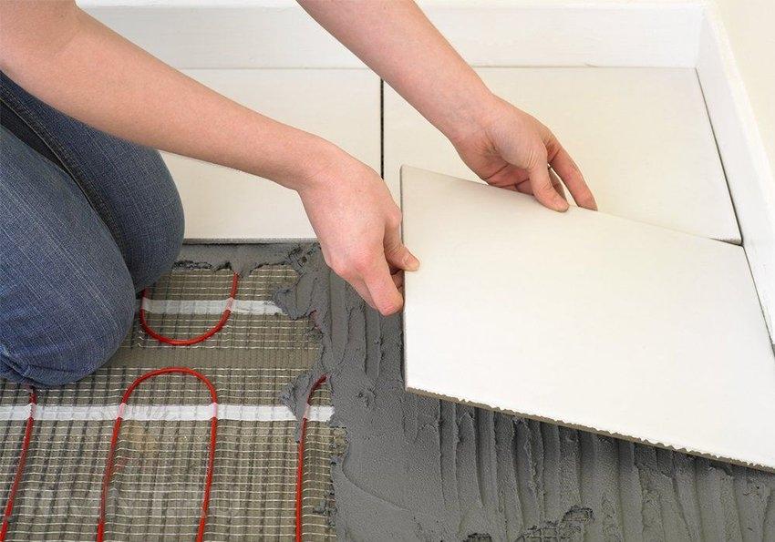 Керамическая плитка имеет высокий уровень теплопроводности, что позволяет эффективно использовать систему теплого пола для обогрева помещения