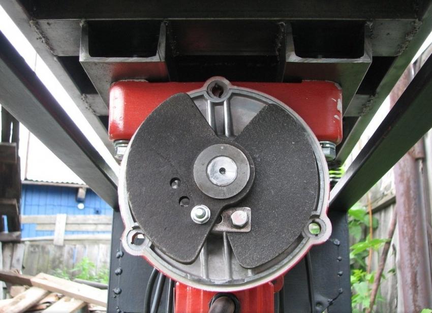 Дебалансы используются для возбуждения колебаний в вибрационном механизме вибростола