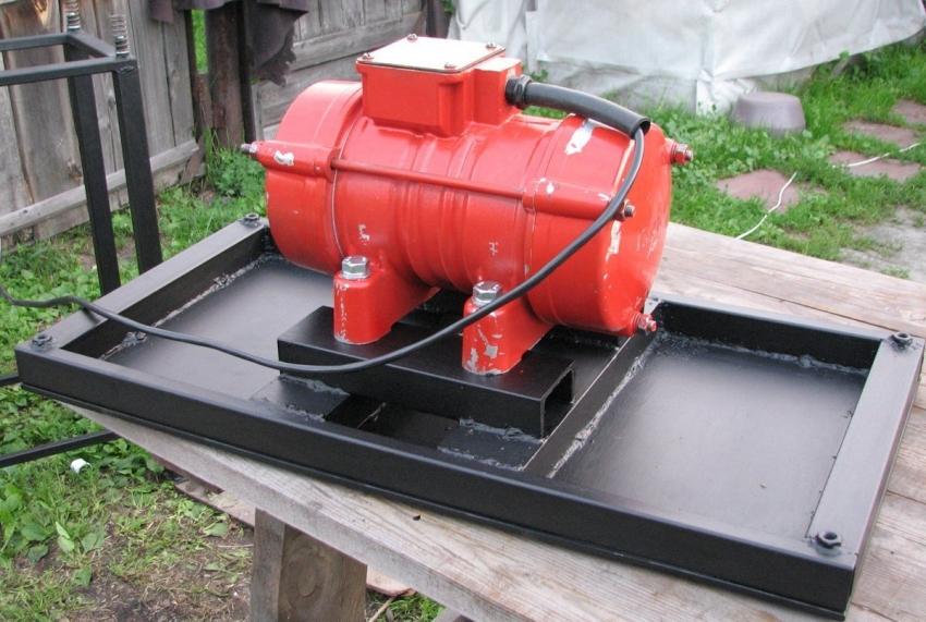 Столешница вибростола с закрепленным электродвигателем