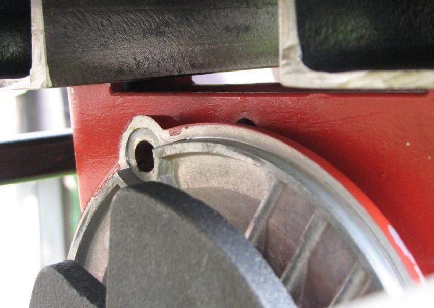 Надежность креплений всех элементов вибростола обеспечивает корректную работу устройства, качество произведенной продукции и длительность срока эксплуатации