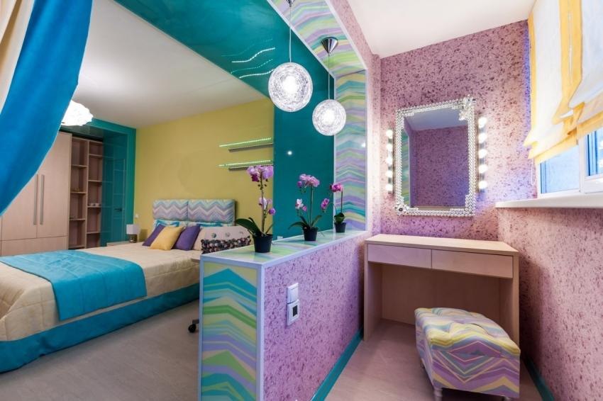 С помощью цветных жидких обоев можно разделить небольшую комнату на функциональные зоны