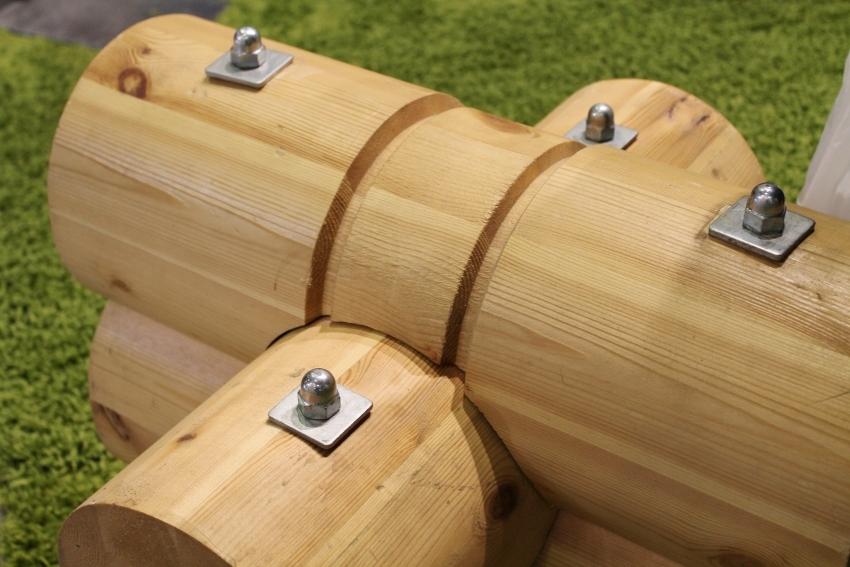 Оцилиндрованное бревно прошло механическую обработку на производстве поэтому имеет одинаковый диаметр по своей длине, а также готовые пазы, что значительно облегчает возведение бани