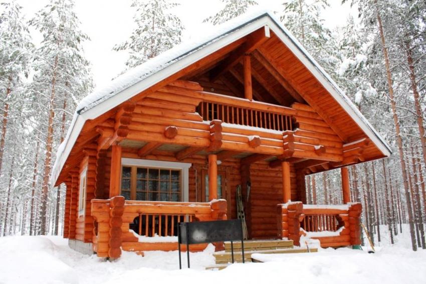 Квалификация мастеров при строительстве бани из окоренного бревна является важным фактором, поскольку из-за неровной поверхности древесины довольно сложно плотно подогнать бревна