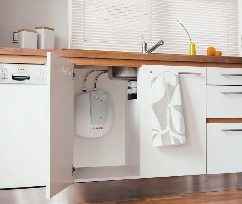 Проточный водонагреватель потребляет довольно большое количество электроэнергии, поэтому устройства такого типа лучше использовать для дачи, где используется немого горячей воды