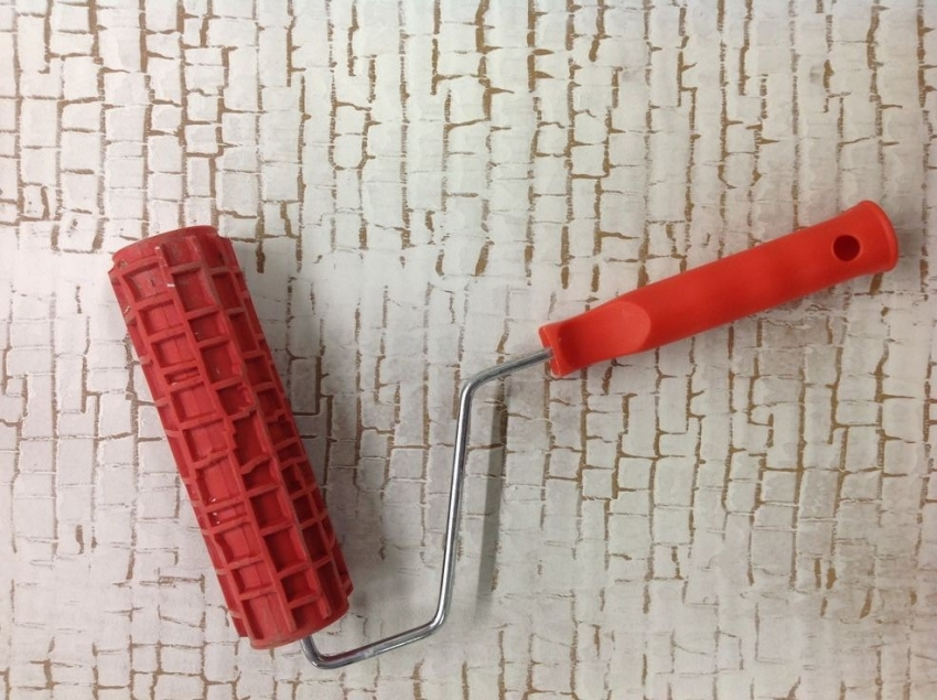С помощью фактурного валика можно быстро придать декоративной штукатурке необходимый рисунок