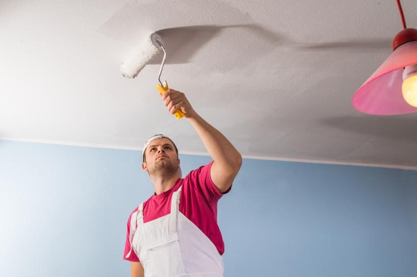 Перед покраской потолка, поверхность необходимо предварительно прогрунтовать
