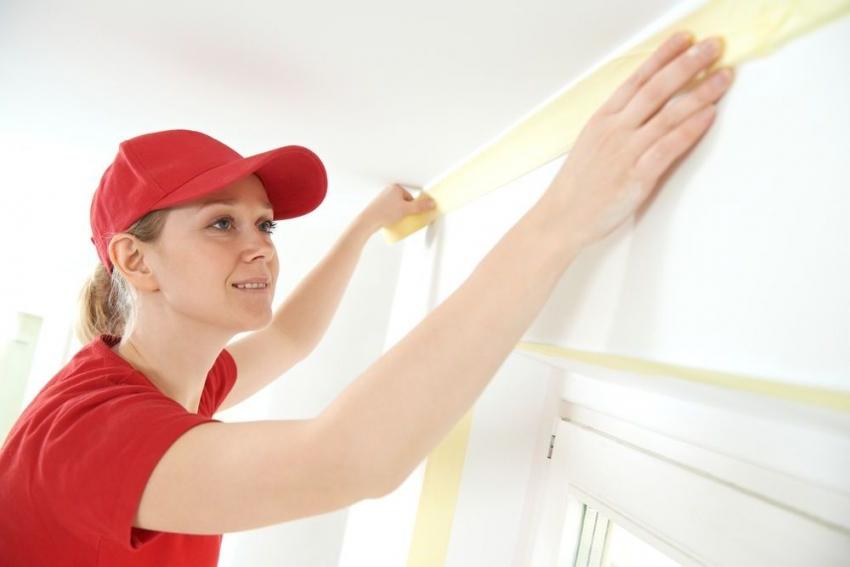 Перед покраской потолка, необходимо заклеить малярным скотчем углы и все выступающие поверхности