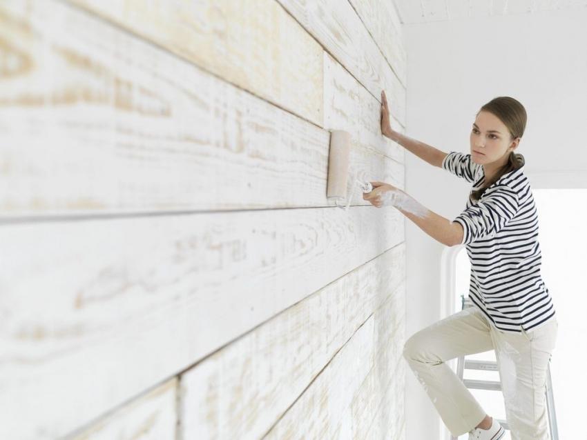 Для покраски стен в квартире лучше использовать валик среднего размера