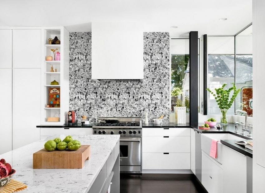 Важно понимать, что срок эксплуатации пластикового фартука не слишком долгий, поэтому может считаться временным решением при ремонте кухни