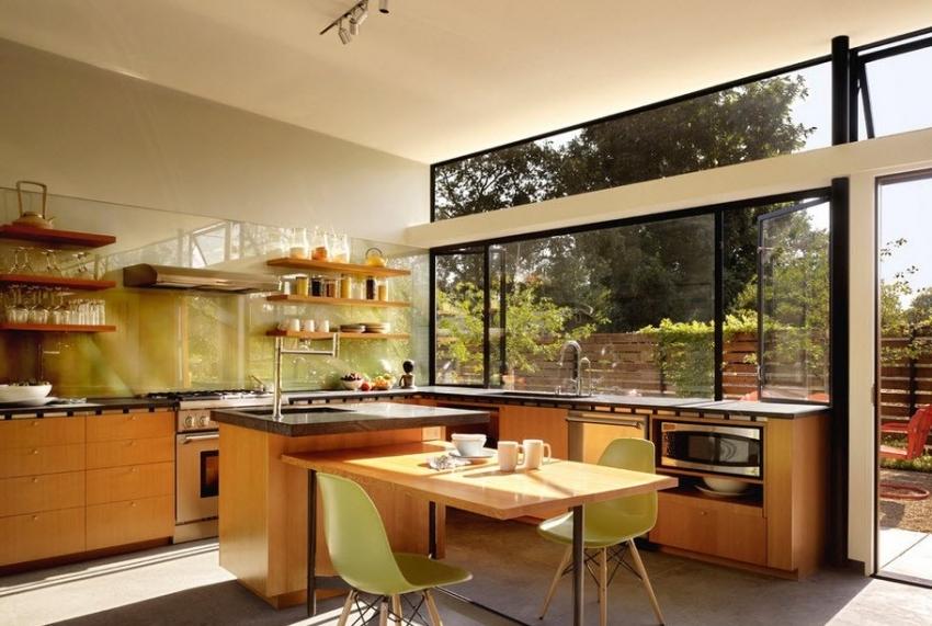 С помощью глянцевого фартука можно визуально облегчить интерьер кухни