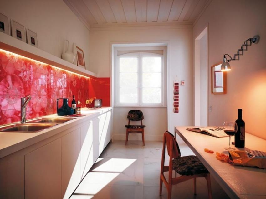 Пример использования фартука с подсветкой в качестве яркого акцента в интерьере кухни