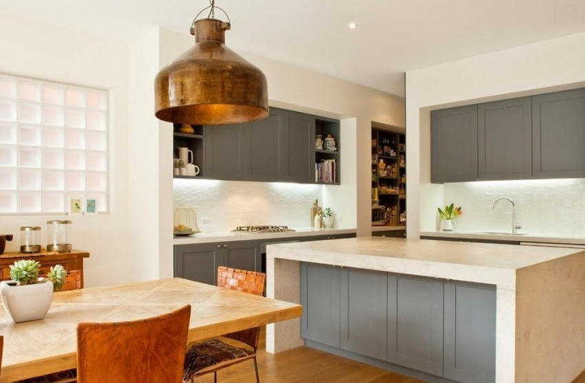 С помощью интересных световых решений можно выгодно подчеркнуть кухонный фартук из пластика