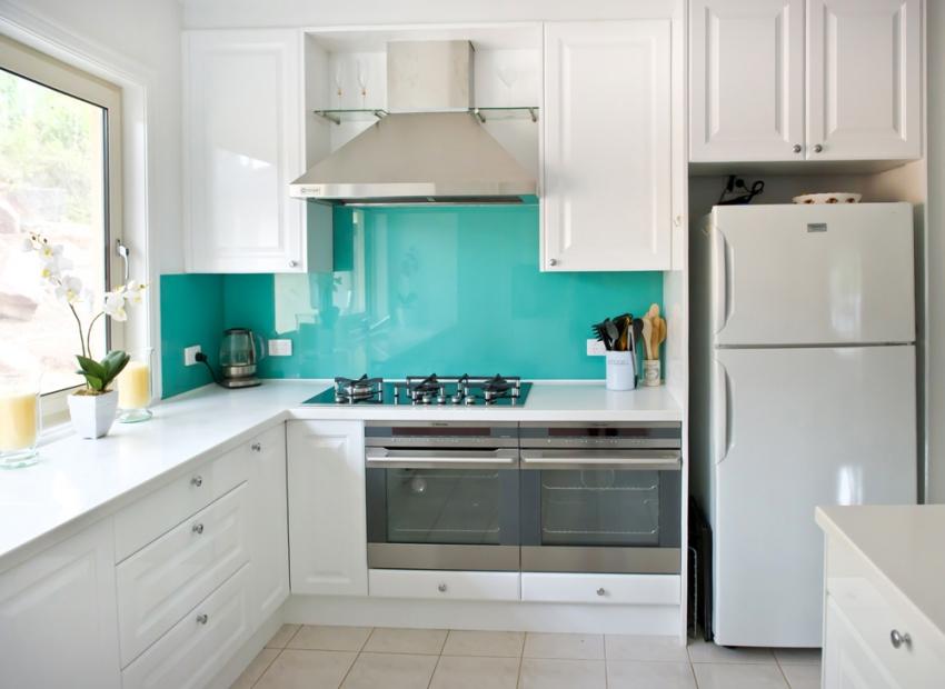 Фартук для кухни из поликарбоната не имеет швов, что выгодно сказывается на длительности эксплуатационного периода изделия