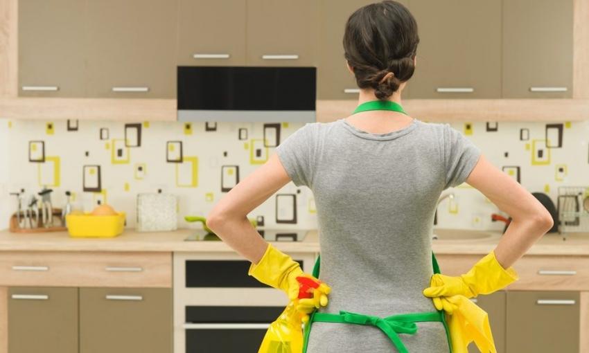 Фартуки для кухни из пластика требуют особого ухода и соблюдения правил эксплуатации