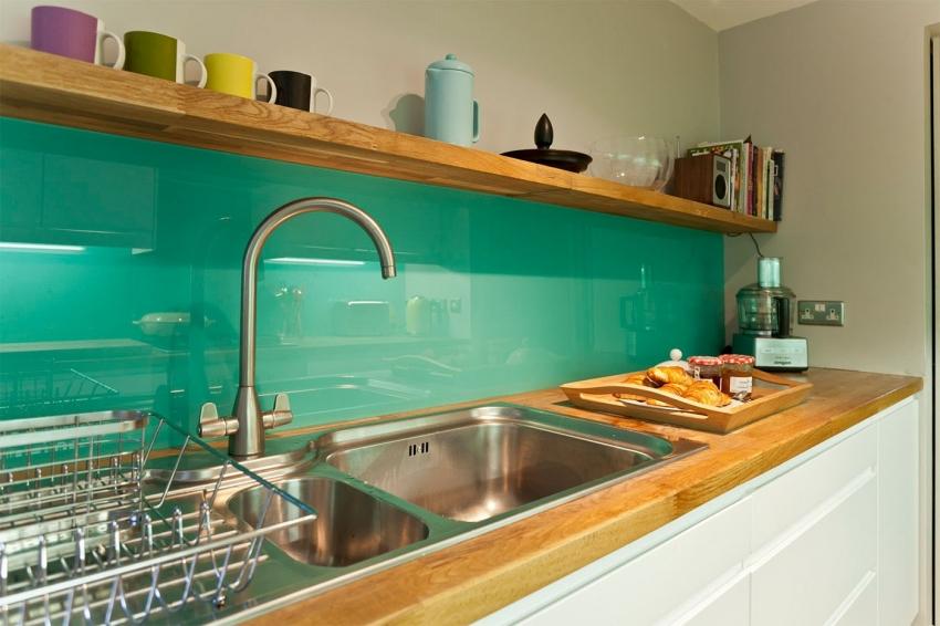 Для кухонь небольшого размера лучше использовать глянцевые типы фартуков