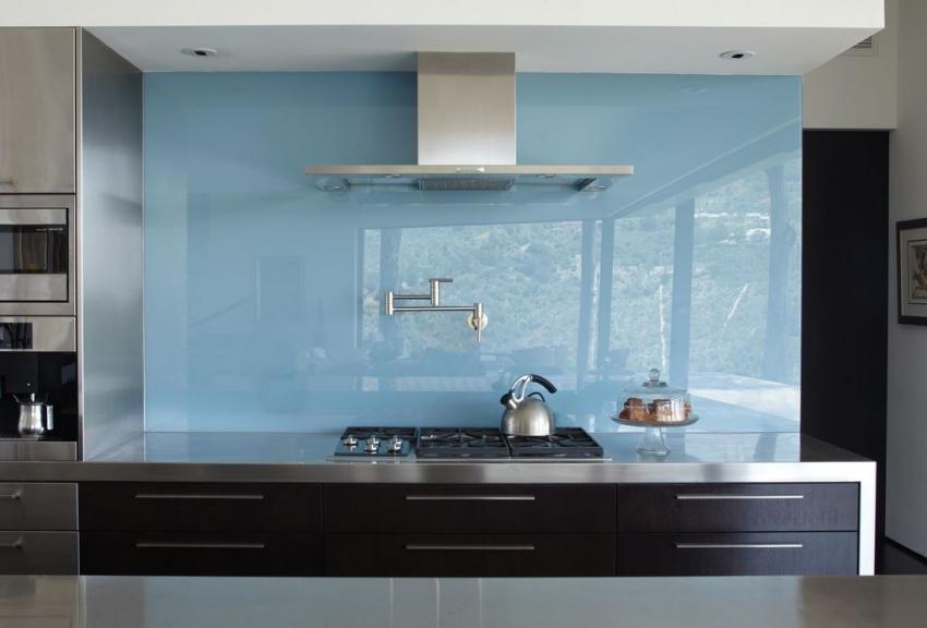 Для отделки всей стены возле рабочей зоны на кухне лучше использовать монолитные листы АБС пластика