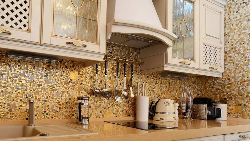 Керамическая плитка в виде мозаики способна подчеркнуть гарнитур и общий интерьер кухни