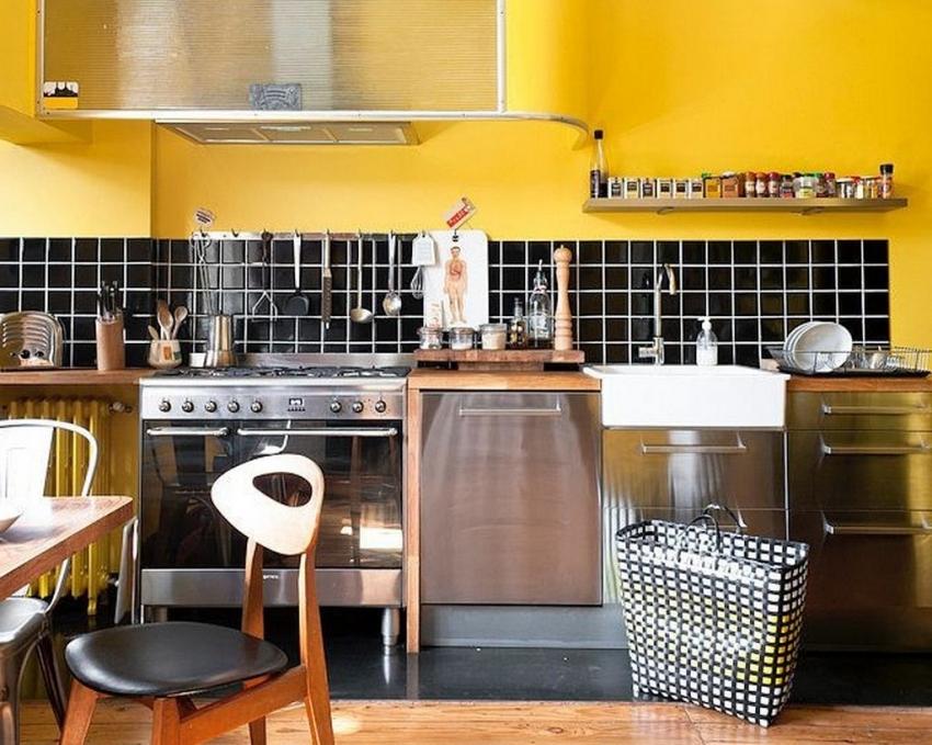 Пример удачного использования контрастной черной плитки в интерьере кухни