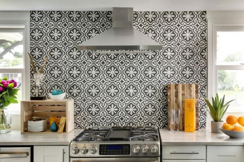 Использование монохромных оттенков керамической плитки для оформления кухни требует наличия в интерьере ярких акцентов и аксессуаров