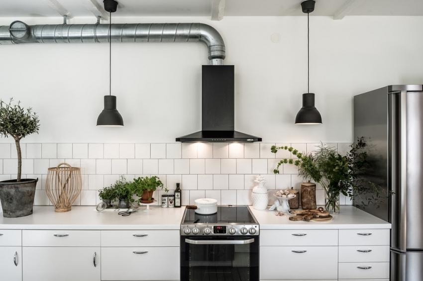 Плитка белого цвета квадратной формы часто используется для оформления фартука кухни в скандинавском стиле