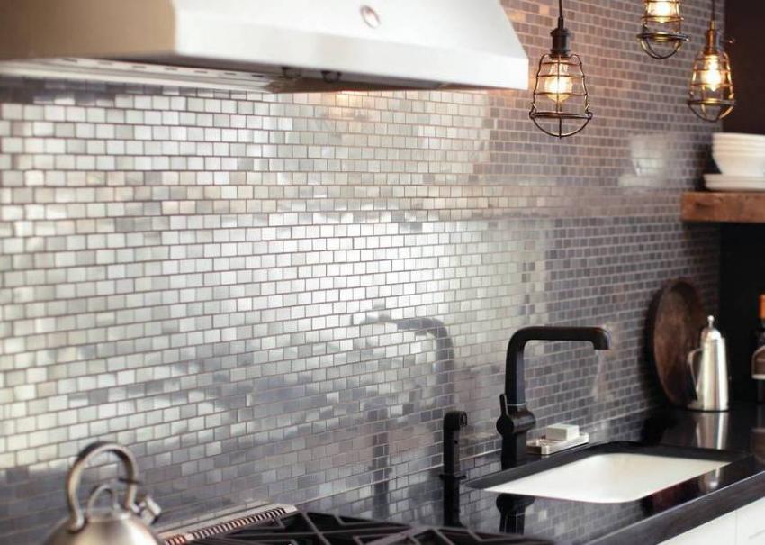 Использование зеркальной плитки для фартука позволяет визуально расширить пространство кухни