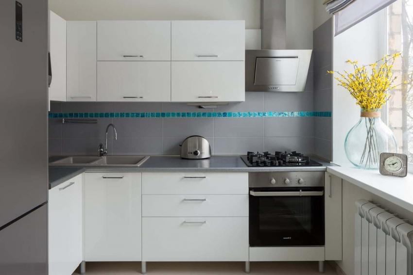 Яркая полоса-бордюр привносит в интерьер кухни яркий акцент