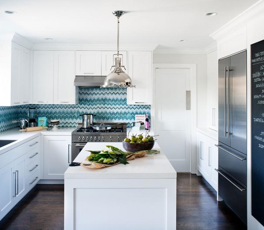 Для классической белой кухни можно использовать плитку с интересным орнаментом, что позволит сделать интерьер более современным