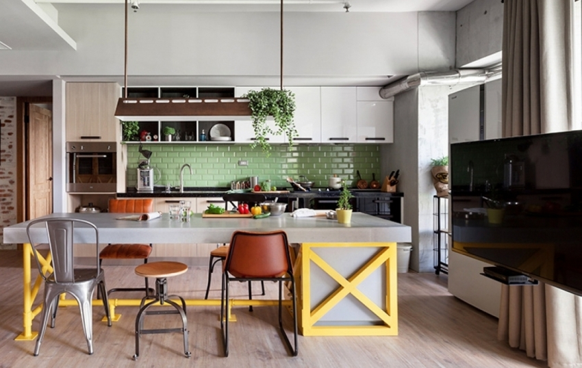 Для оформления фартука над рабочей поверхности белой кухни можно использовать керамическую плитку контрастного оттенка