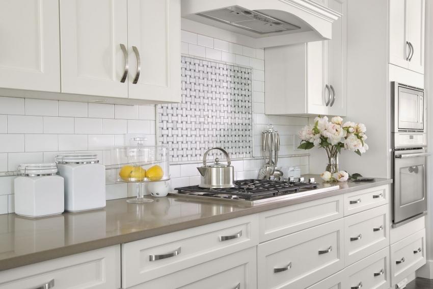 Декоративное панно из плитки чаще всего располагают над плитой, которая занимает центральное место в кухонном гарнитуре