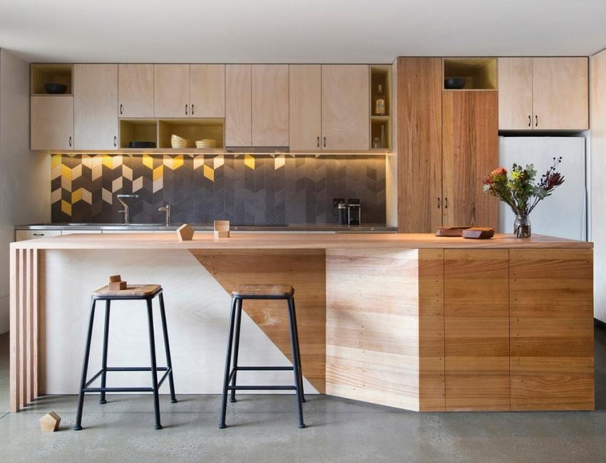Пример интересной укладки разноцветной плитки на фартуке кухни в стиле модерн